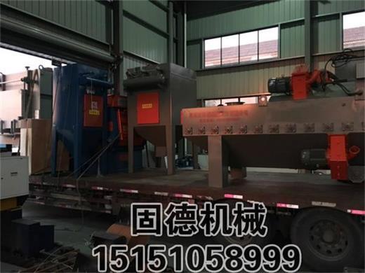 湖北荆州抛丸机两台发货一台通过式抛丸机一台Q326履带式抛丸机装车现场